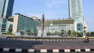 Cuaca cerah di kawasan Bundaran HI, Jakarta. Lalu lintas di Ibu Kota menjadi sepi setelah muncul imbauan kerja dan belajar dari rumah untuk memutus rantai penularan virus corona.