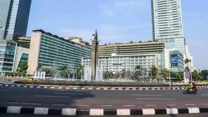 Kendaraan melintas di kawasan Bundaran HI, Jakarta