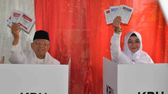 Calon Wakil Presiden Nomor Urut 01 Mar'ruf Amin (kiri) bersama istrinya Wuri Estu Handayani (kanan) menggunakan hak pilihnya dalam Pemilu serentak 2019, di TPS 051, Koja, Jakarta, Rabu, 17 April 2019.