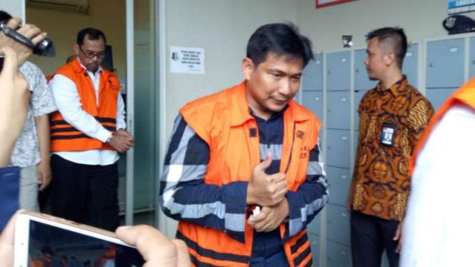 Anggota DPR Bowo Sidik Pangarso menggunakan hak pilihnya di Rutan KPK.