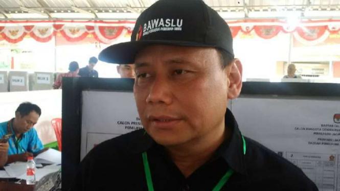 Ketua Badan Pengawas Pemilu, Abhan, saat meninjau pemungutan suara di TPS Lapas Kedungpane, Semarang, Jawa Tengah, pada Rabu, 17 April 2019.