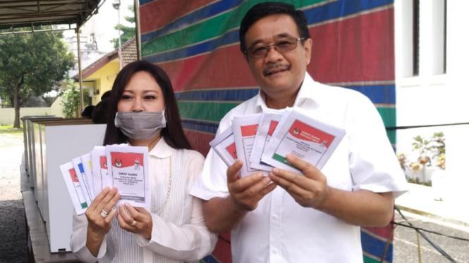 Djarot Syaiful Hidayat bersama Istri Saat Menggunakan Hak Suara di TPS di Medan.