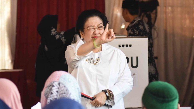 Ketua Umum PDI Perjuangan yang juga Presiden kelima RI Megawati Soekarnoputri memasukkan surat suara saat menggunakan hak pilihnya pada Pemilu 2019 di TPS 62, Kebagusan, Jakarta