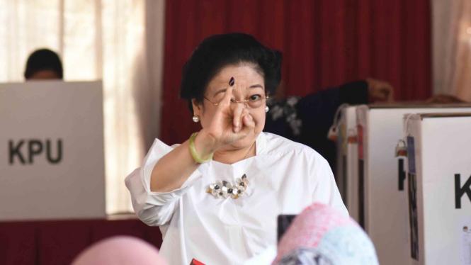 Ketua Umum PDI Perjuangan yang juga Presiden kelima RI Megawati Soekarnoputri menunjukkan jarinya yang telah dicelup tinta seusai menggunakan hak pilihnya pada Pemilu 2019 di TPS 62, Kebagusan, Jakarta