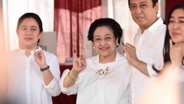 Ketua Umum PDI Perjuangan yang juga Presiden kelima RI Megawati Soekarnoputri (tengah) bersama putrinya Puan Maharani (kiri) dan putranya Muhammad Prananda Prabowo (kedua kanan) menunjukkan jarinya yang telah dicelup tinta seusai menggunakan hak pilihnya