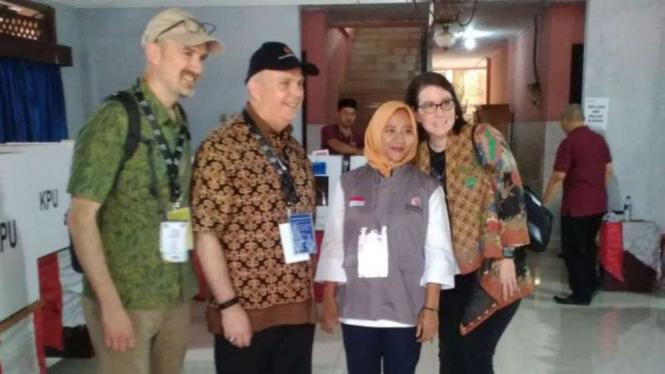 Rombongan Dubes Amerika Serikat meninjau TPS di Depok, Rabu, 17 April 2019.