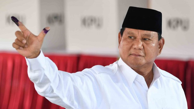 Calon Presiden nomor urut 02 Prabowo Subianto menggunakan hak pilihnya di TPS 041, Kampung Curug, Desa Bojong Koneng, Babakan Madang, Bogor, Jawa Barat