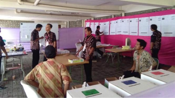 Penghitungan suara di TPS 01 Gajahmungkur Semarang
