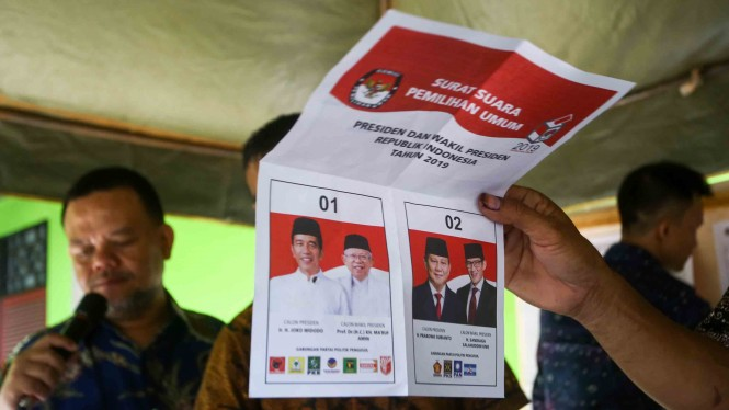 Petugas KPPS melakukan penghitungan suara Pilpres di TPS 222 Panti Sosial Bina Laras Harapan Sentosa 1 Cengkareng, Jakarta Barat, DKI Jakarta