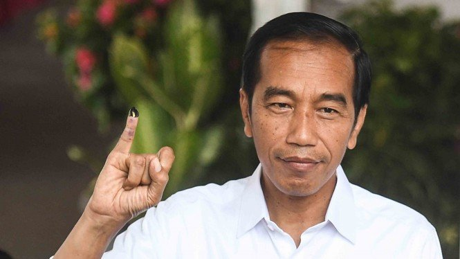 Presiden Joko Widodo menunjukkan jari kelingkingnya usai menggunakan hak pilih