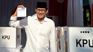 Calon Wakil Presiden nomor urut 02 Sandiaga Uno menunjukan surat suara usai melakukan pencoblosan dalam Pemilu 2019 di TPS 02, Jakarta
