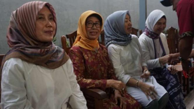Ibunda capres nomor urut 01, Jokowi, Sujiatmi Notomiharjo (dua dari kiri).