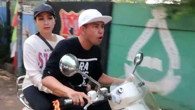 Raffi Ahmad dan Nagita Slavina naik motor ke TPS