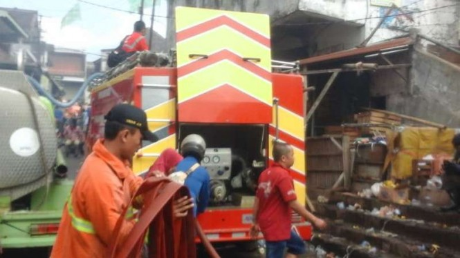 Petugas memadamkan kebakaran di Pasar Lawang, Malang, Jatim.