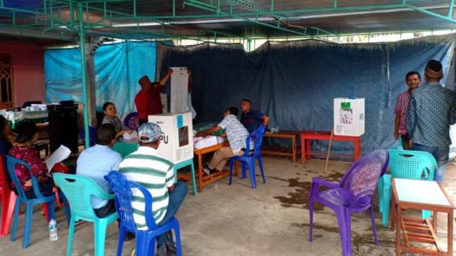 Suasana penghitungan suara pemilu di TPS 04, Dusun La'o, Kecamatan Langke Rembong, Kabupaten Manggarai, Nusa Tenggara Timur, pada Rabu, 17 Agustus 2019.