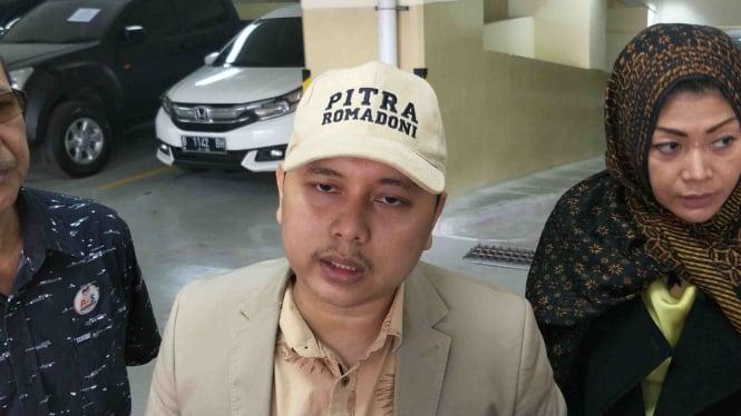Kuasa hukum KAMAKH, Pitra Romadoni laporkan enam lembaga survei.