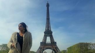 Sadaf Khadem berdiri di depan Menara Eiffel dalam postingan di Instagram 16 April 2019.