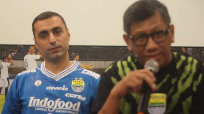 Pemain Persib Bandung,  Artur Gevorkyan (kiri)