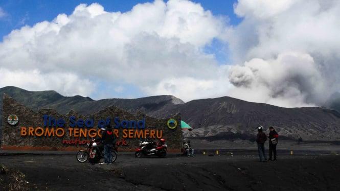 Wisatawan melihat gunung Bromo dari radius aman yakni di kawasan lautan pasir di Probolinggo, Jawa Timur, Rabu, 17 April 2019.