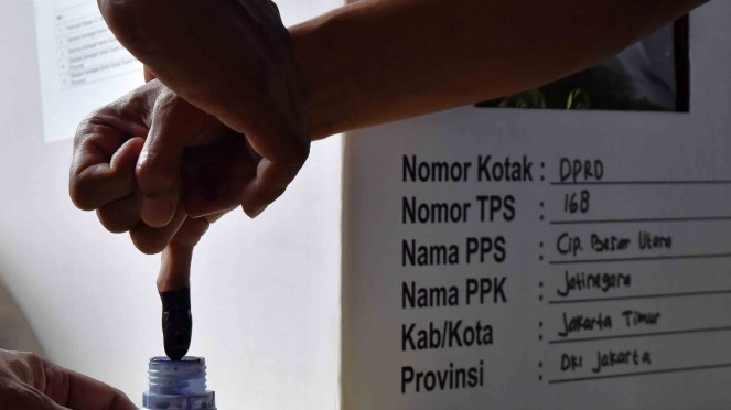 Warga binaan mencelupkan jari dengan tinta usai mencoblos dalam pemungutan suara Pemilu 2019 di Rumah Tahanan (Rutan) Klas I Cipinang, Jakarta Timur
