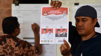 Petugas KPPS melakukan penghitungan surat suara pemilu calon pasangan presiden-wakil prersiden, di TPS 2 Rumah Sakit Jiwa Banda Aceh