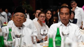 Presiden terpilih Joko Widodo (tengah) bersama wakil presiden terpilih Maruf Amin (kiri) saat menyaksikan hasil hitung cepat Pemilu Presiden 2019 di Jakarta