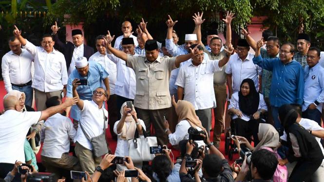Calon Presiden nomor urut 02 Prabowo Subianto (tengah) menyapa pendukungnya seusai menyampaikan konferensi pers terkait proses hitung cepat dan sejumlah isu lainnya di kediamannya, Jalan Kertanegara, Jakarta Selatan