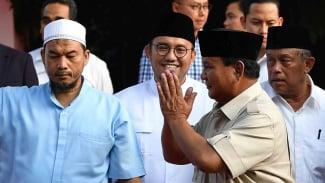 Calon Presiden nomor urut 02 Prabowo Subianto (kedua kanan) menyapa pendukungnya seusai menyampaikan konferensi pers terkait proses hitung cepat dan sejumlah isu lainnya di kediamannya, Jalan Kertanegara, Jakarta Selatan