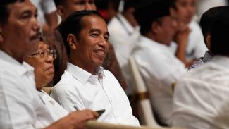 Calon Presiden nomor urut 01 Joko Widodo (tengah) bersama calon wakil presiden nomor urut 01 Maruf Amin (kedua kiri) menyaksikan hasil hitung cepat Pemilu Presiden 2019 di Jakarta