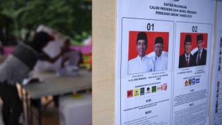 Anggota KPPS mengecek surat suara saat sesi penghitungan suara Pemilu serentak 2019.