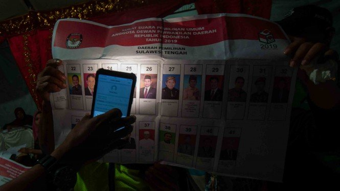 Anggota KPPS memastikan titik pencoblosan surat suara pada penghitungan hasil pemilihan Calon Legislator Dewan Perwakilan Daerah (DPD) di TPS 05 Kelurahan Lolu Utara, Palu, Sulawesi Tengah