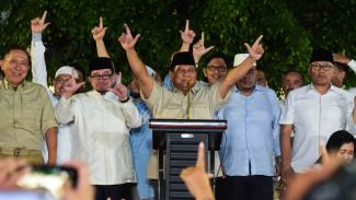 Calon Presiden nomor urut 02 Prabowo Subianto (tengah) didampingi Tim Badan Pemenangan Nasional (BPN) menyampaikan konferensi pers tentang klaim kemenangan di kediamannya, Jalan Kertanegara, Jakarta Selatan