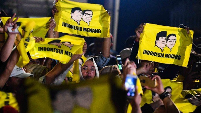 Sejumlah pendukung psangan Capres dan Cawapres  nomor urut 02 Prabowo Subianto - Sandiaga Uno membentangkan bendera bertuliskan Indonesia Menang di kediaman Kertanegara, Jakarta Selatan