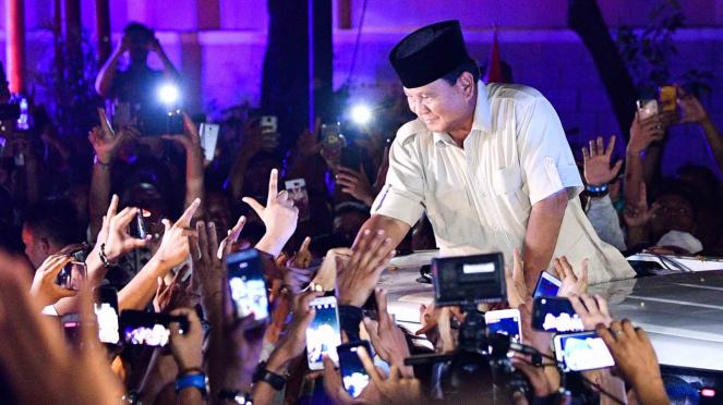 Calon Presiden nomor urut 02 Prabowo Subianto menyapa para pendukungnya saat meninggalkan kediaman Kertanegara di Jakarta Selatan