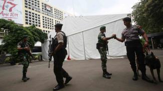 Sejumlah personil TNI dan Polri melakukan pengamanan di Gedung KPU RI, Jakarta, Kamis, 18 April 2019.