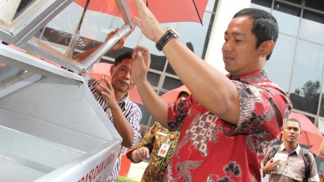 Walikota Hendi menyerahkan gerobak kepada pelaku UMKM beberapa waktu lalu.