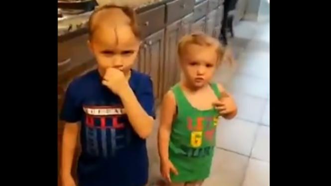 Adik-kakak main cukur listrik