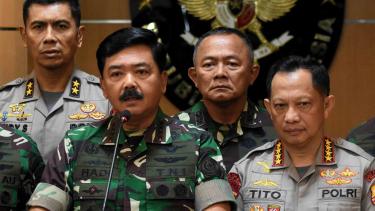 Panglima TNI Marsekal TNI Hadi Tjahjanto (kiri) bersama Kapolri Jenderal Pol Tito Karnavian (kanan) memberi keterangan pers usai rapat koordinasi di Kementerian Koordinator Polhukam, Jakarta