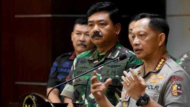 Kapolri Jenderal Pol Tito Karnavian (kanan) didampingi Panglima TNI Marsekal TNI Hadi Tjahjanto (kedua kanan).