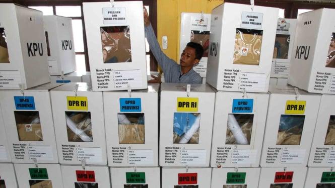 Petugas Panitia Pemilihan Kecamatan (PPK) menyusun kotak suara yang berisi surat suara hasil Pemilu 2019 sebelum rekapitulasi surat suara di Kantor Kecamatan Johan Pahlawan, Aceh Barat, Aceh