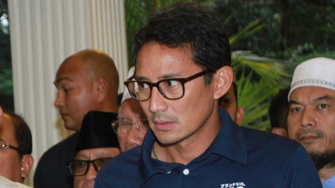 Ekpresi Sandiaga Uno saat Dampingi Prabowo Deklarasi Kemenangan