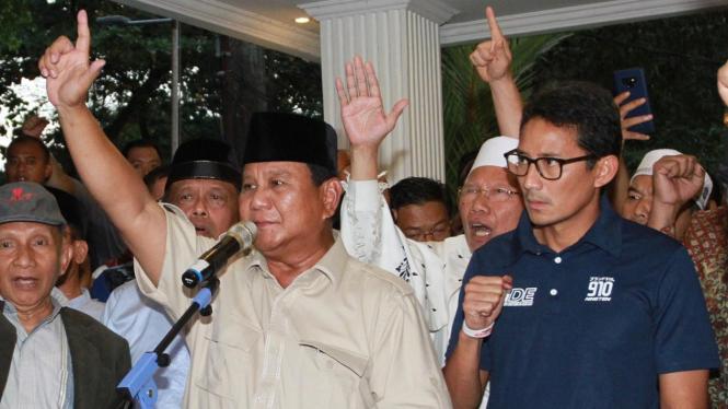 Ekspresi Sandiaga Uno saat Dampingi Prabowo Deklarasi Kemenangan