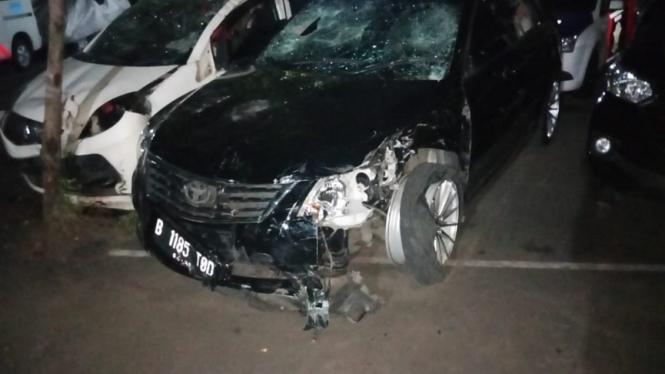 Mobil Toyota Camry hitam yang menabrak sepeda motor