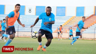 https://thumb.viva.co.id/media/frontend/thumbs3/2019/04/19/5cb90adb86550-persela-lamongan-datangkan-anis-nabar_375_211.jpg