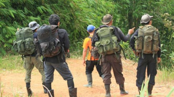 Petugas mencari jerat harimau di Taman Nasional Kerinci Seblat di Bengkulu.