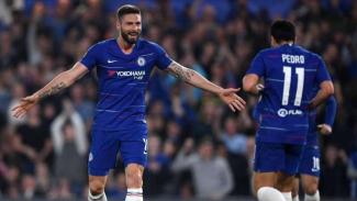 Penyerang Chelsea, Olivier Giroud merayakan gol bersama Pedro Rodriguez