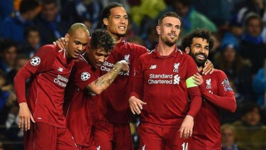 Para pemain Liverpool merayakan gol Virgil van Dijk (tengah) ke gawang FC Porto