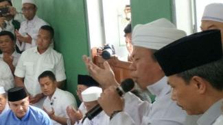 Para pendukung capres Prabowo berdoa di Masjid Al Azhar, Jakarta.