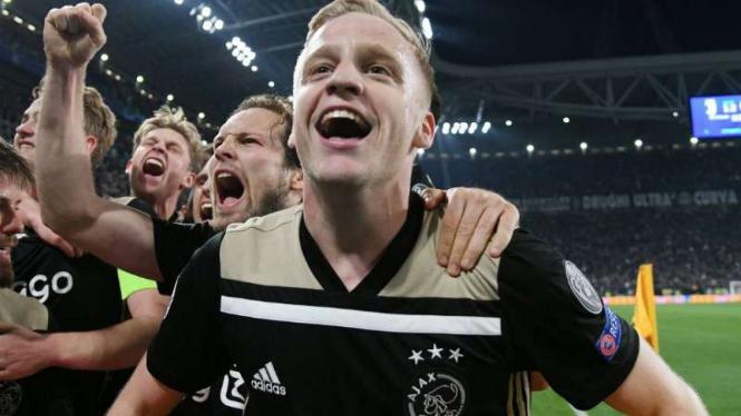 Pemain Ajax Amsterdam rayakan kemenangan.