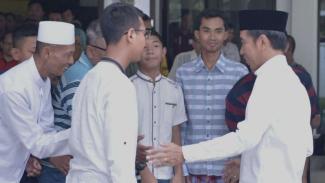 Presiden Joko Widodo bertemu warga usai salat Jumat di Masjid Baitussalam.